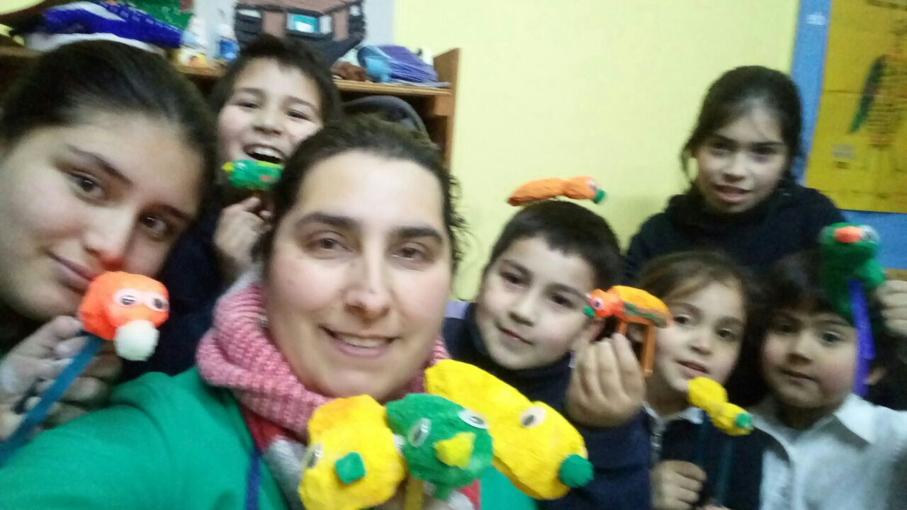Profesora-Carolina-Cisternas-Junto-a-sus-alumnos