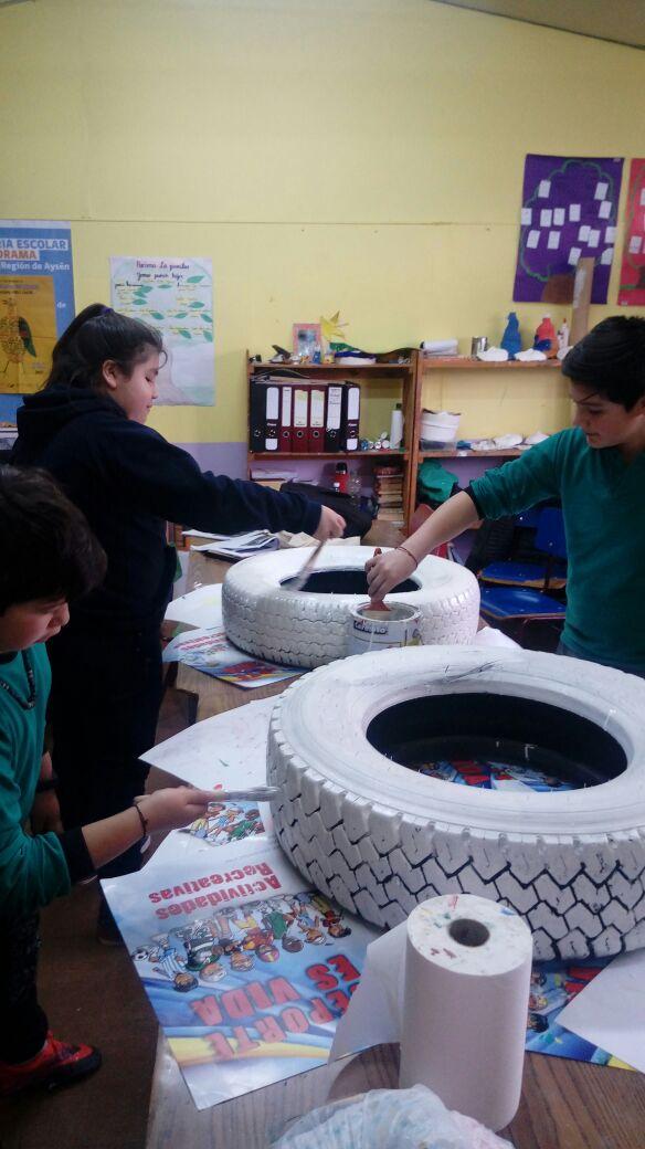 niños-de-la-escuela-reutilizando-neumaticos
