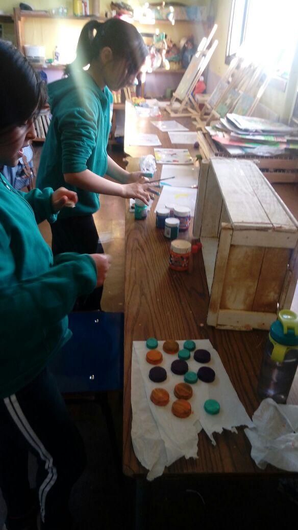 reciclando-cajas-de-madera-con-adornos-de-tapitas-de-botellas-1