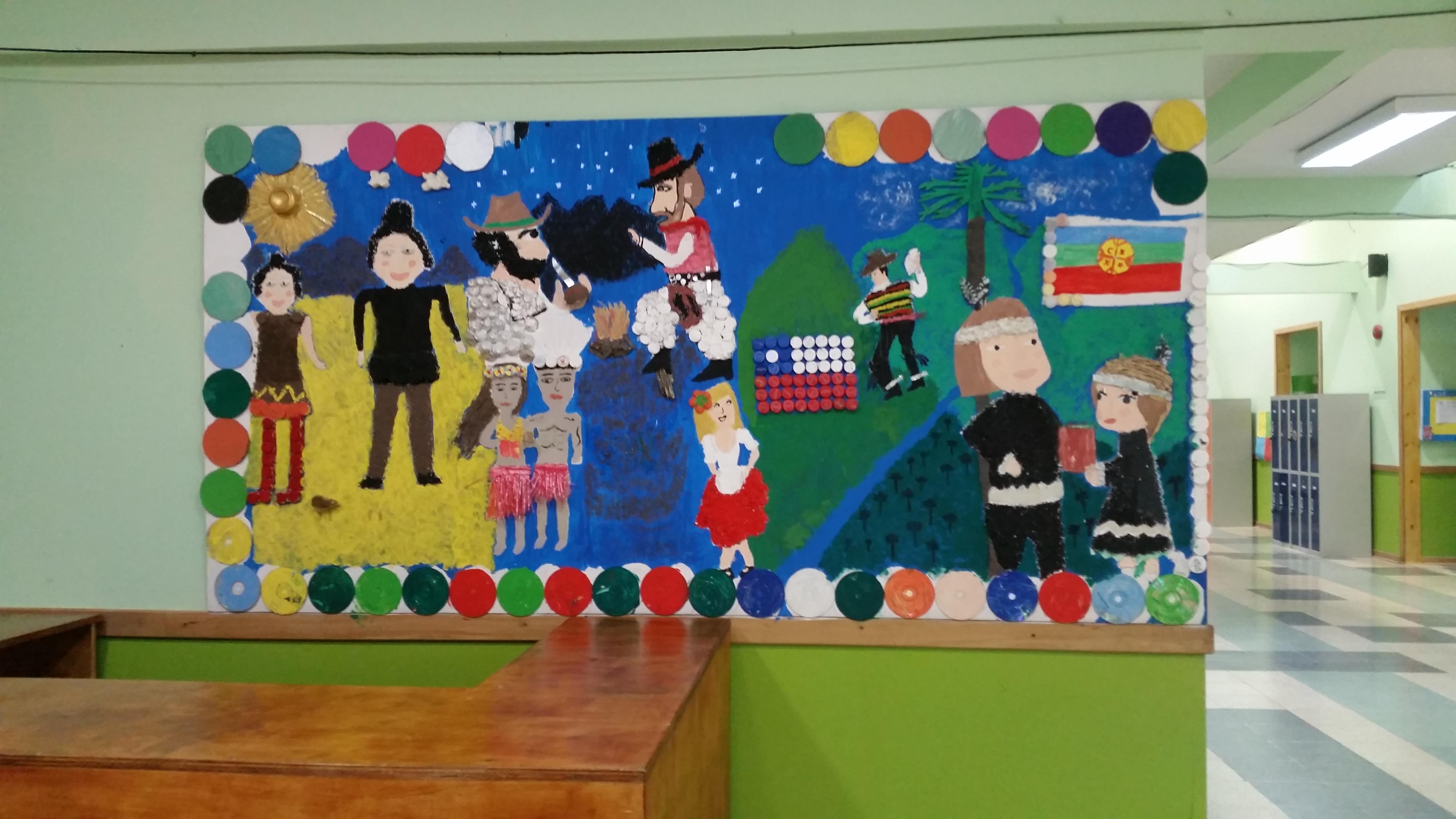 mural de la escuela con materiales reciclados