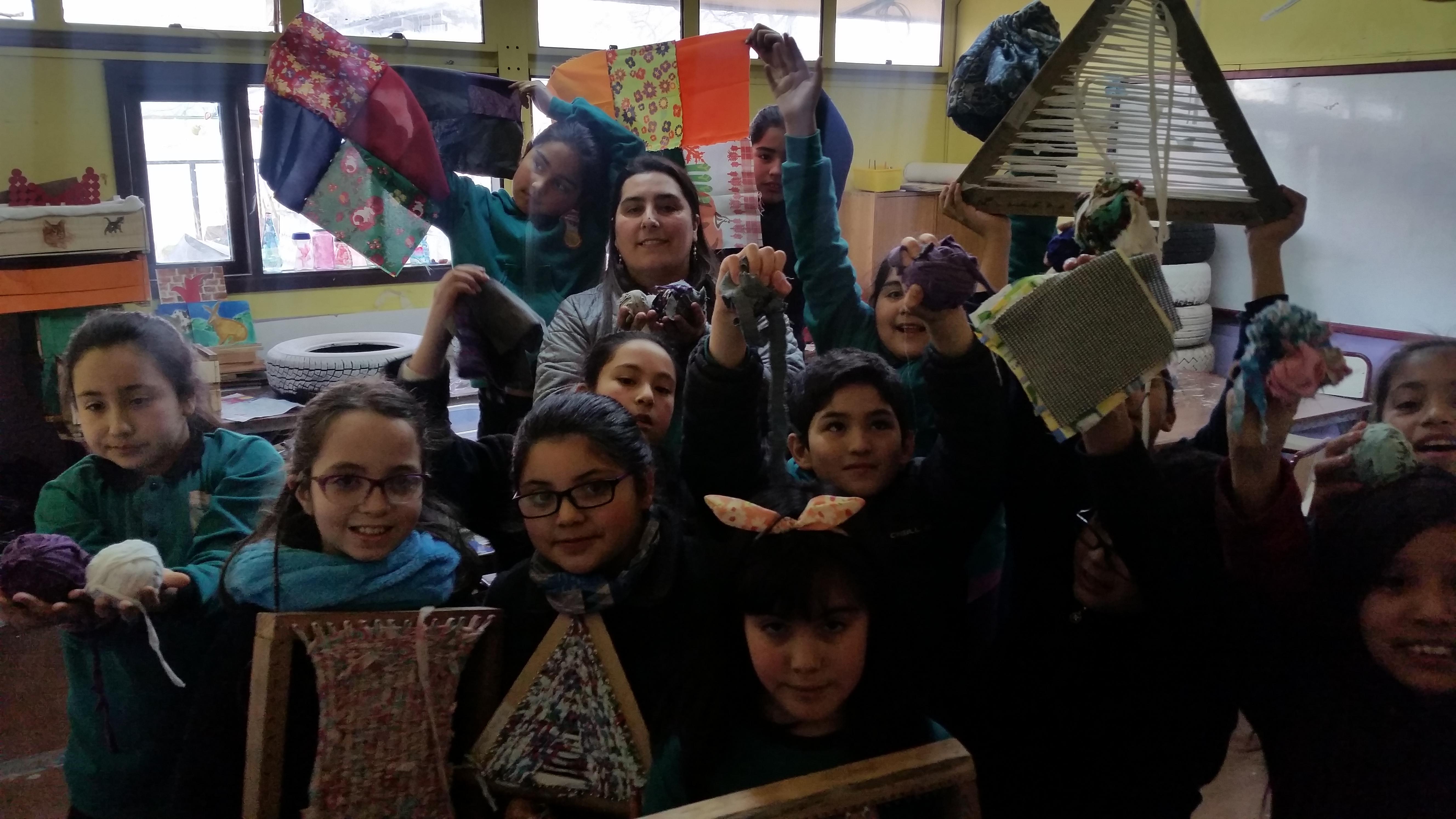 niños en el taller de artes con la profesora Carolina Cisternas